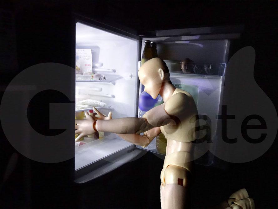 深夜に冷蔵庫を漁る人b